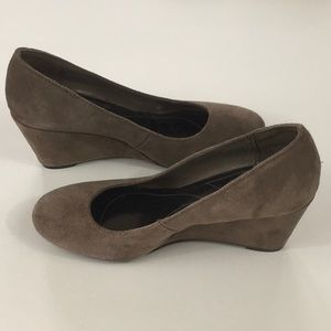 Wedge pumps women's taupe NWOT